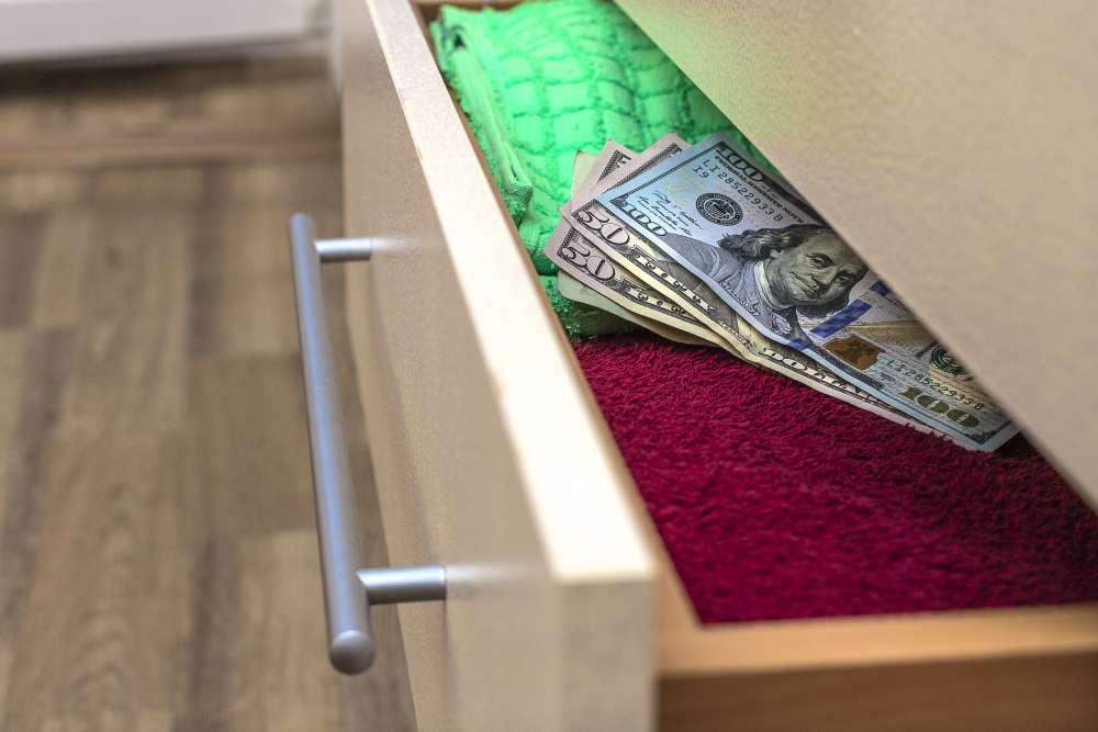 Guardar dinheiro em casa: saiba por que isso não vale a pena