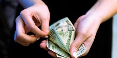 5 ações que se valorizam e desvalorizam com a alta do dólar